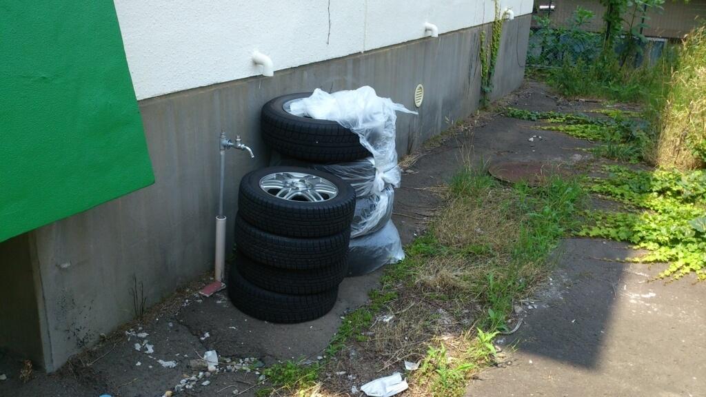 不法投棄されたタイヤ