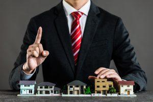 住宅売却について提案するビジネスマン