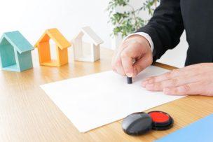 賃貸契約の連帯保証人が捺印するイメージ画像