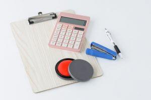 電卓と印鑑を使った賃貸契約のイメージ