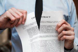 契約をキャンセルするビジネスマン