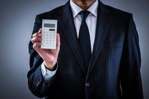 お金の注意点を伝えるビジネスマン